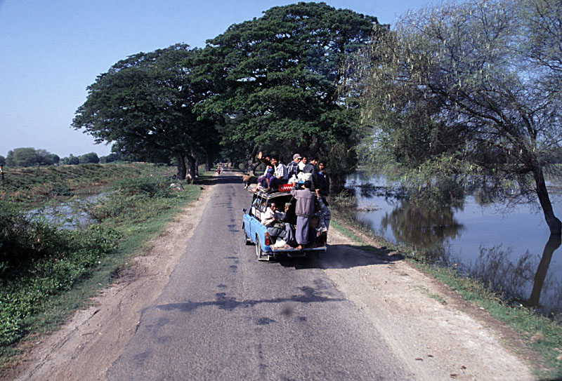 Myanmar,_On_the_road_in_Mandalay_Division_near_Meiktila